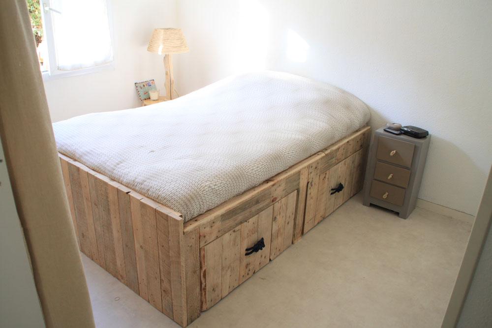 lits et t tes de lit en bois de palettes la vie du bois. Black Bedroom Furniture Sets. Home Design Ideas